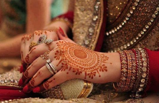 Индийские традиции: сари и мехенди
