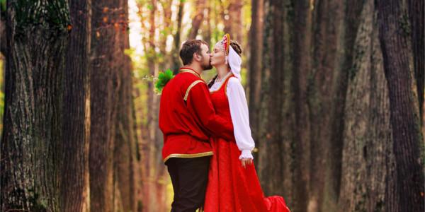 Красные сарафаны и рубахи в русских национальных костюмах